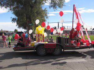 The Sophomore class flies balloons on their carnival themed float.